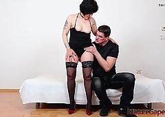 Hard pussy gaping, squirting and banging of mature grandma