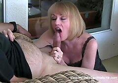 Melanie veut une éclaboussure sperme sur sa bouche